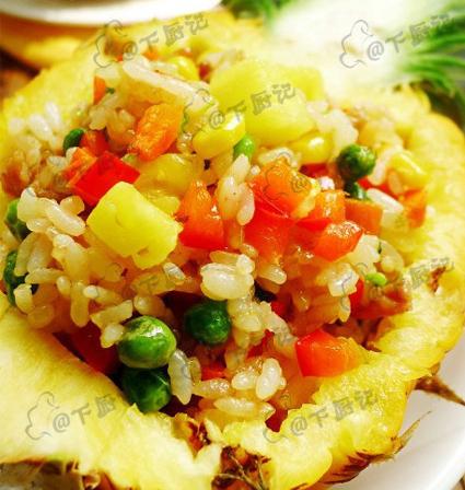 เมนูอาหารเพื่อสุขภาพข้าวผัดรวมธัญพืช ในถ้วยสับปะรดแบบเก๋ๆ